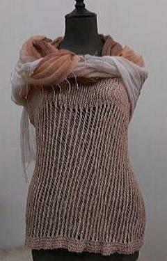 コチニール染手編みべスト