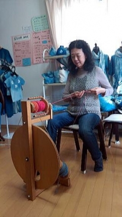 原毛を使った糸紡ぎ